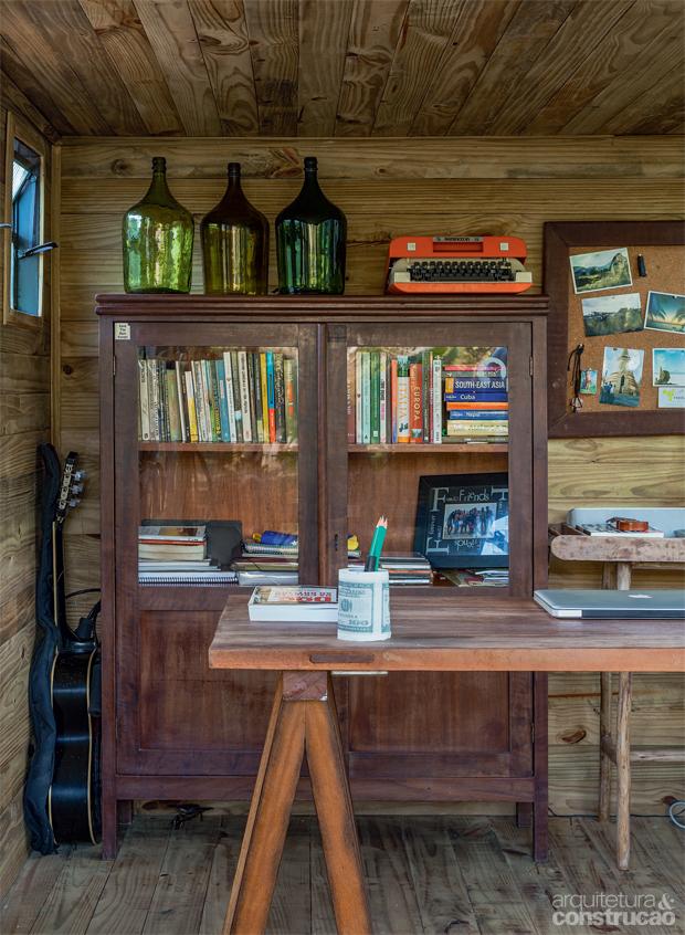 02-um-home-office-dentro-de-um-bau-de-caminhao-no-meio-do-jardim