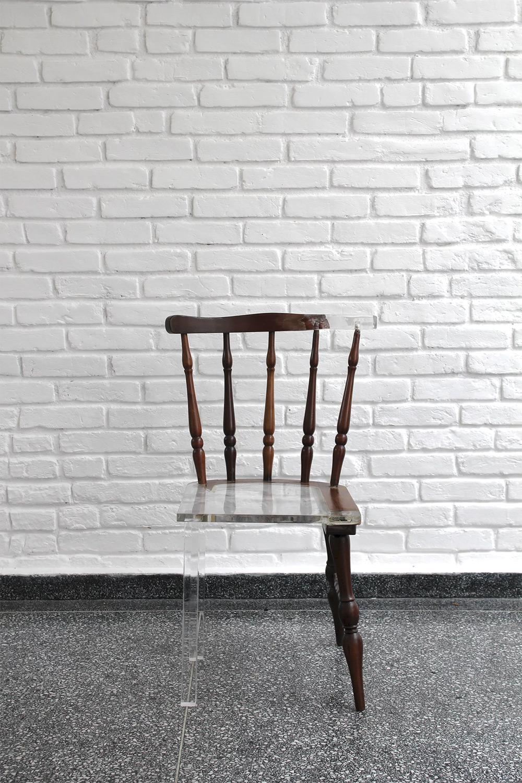 02-artista-usa-acrilico-restaurar-cadeiras-quebradas