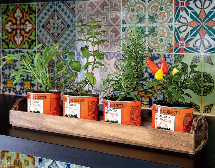 04-mosaico-de-adesivos-vintage-transforma-cozinha-em-curitiba