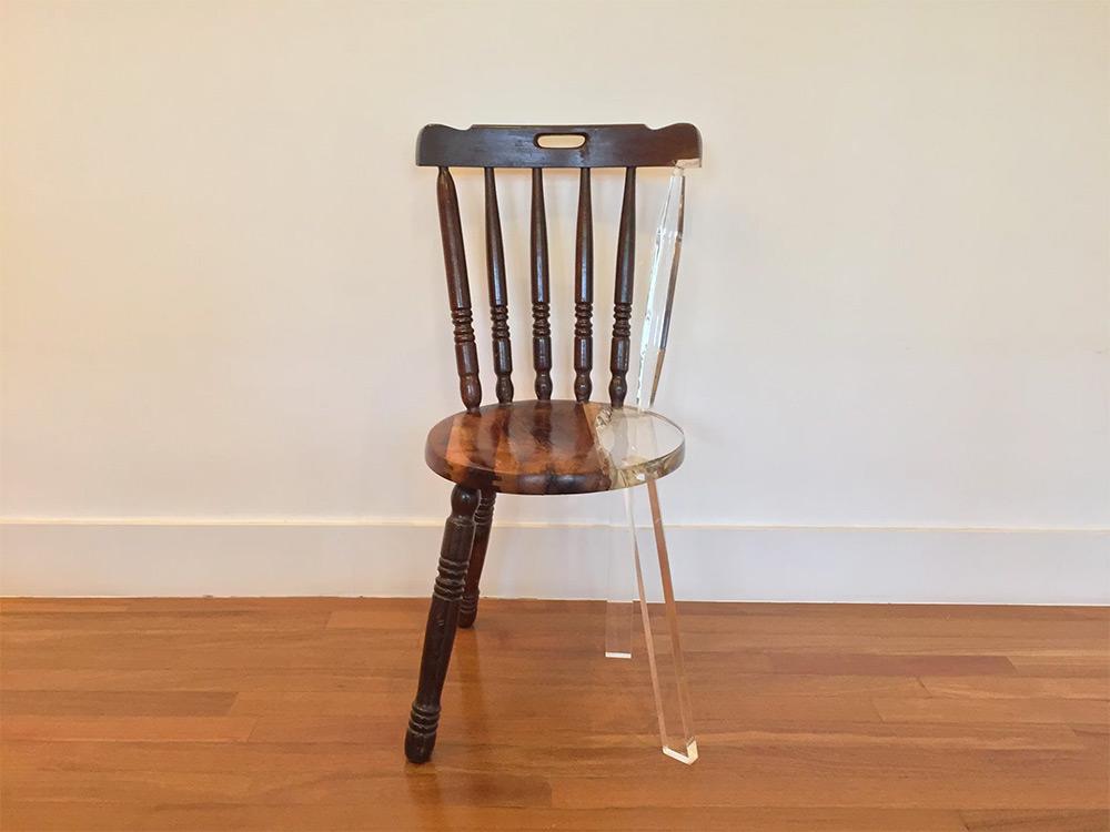 04-artista-usa-acrilico-restaurar-cadeiras-quebradas