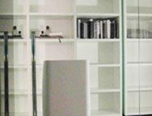 A estante da Poliform, desenhada por Carlo Colombo, cobre toda a parede do qu...