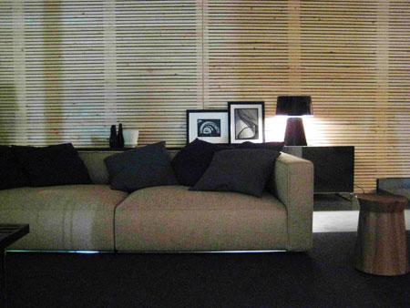No ambiente de estar, uma parede de madeira esquenta o ambiente e contrasta c...