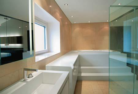 A bacia, a cuba e a banheira de Corian (DuPont) foram projetadas por Simone, ...