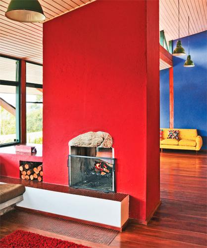 Em vez de pedra bruta, opção especificada no projeto, as paredes da lareira...