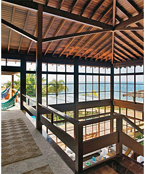 Nesta casa no litoral paulista, o jatobá foi aplicado dos pilares às esquad...