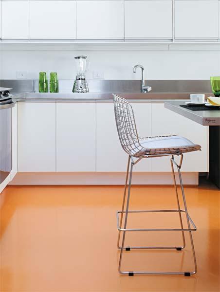 Depois de instalados armários e bancadas, a resina no tom laranja, semibrilh...