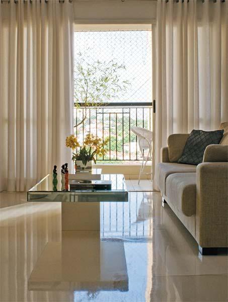 Dois segredos garantem o efeito reluzente do piso neste apartamento em São P...