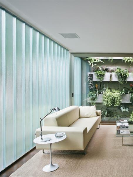 O uso de vidros U-Glass (Profilit, da T2G) na fachada deste estúdio paulista...
