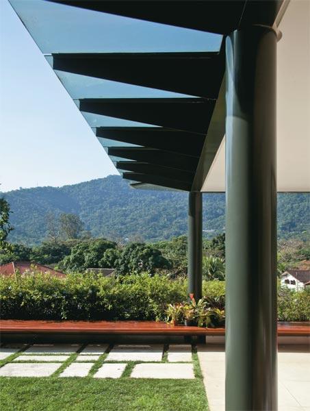 O beiral do terraço nesta casa no Rio de Janeiro pedia um material transpare...