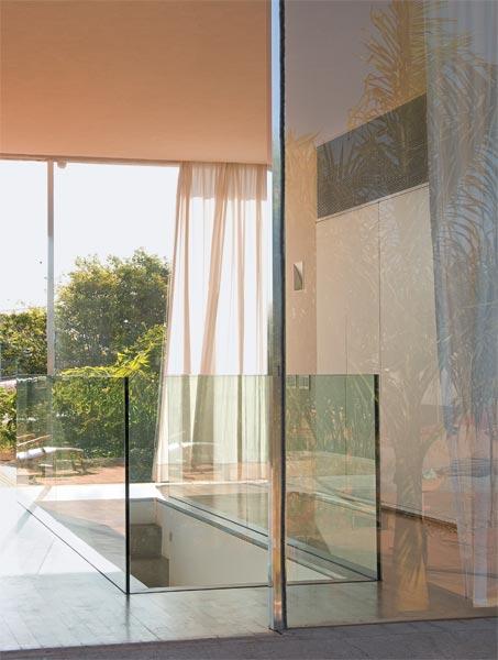 O guarda-corpo que protege o vão da escada desta casa em Brasília é compos...