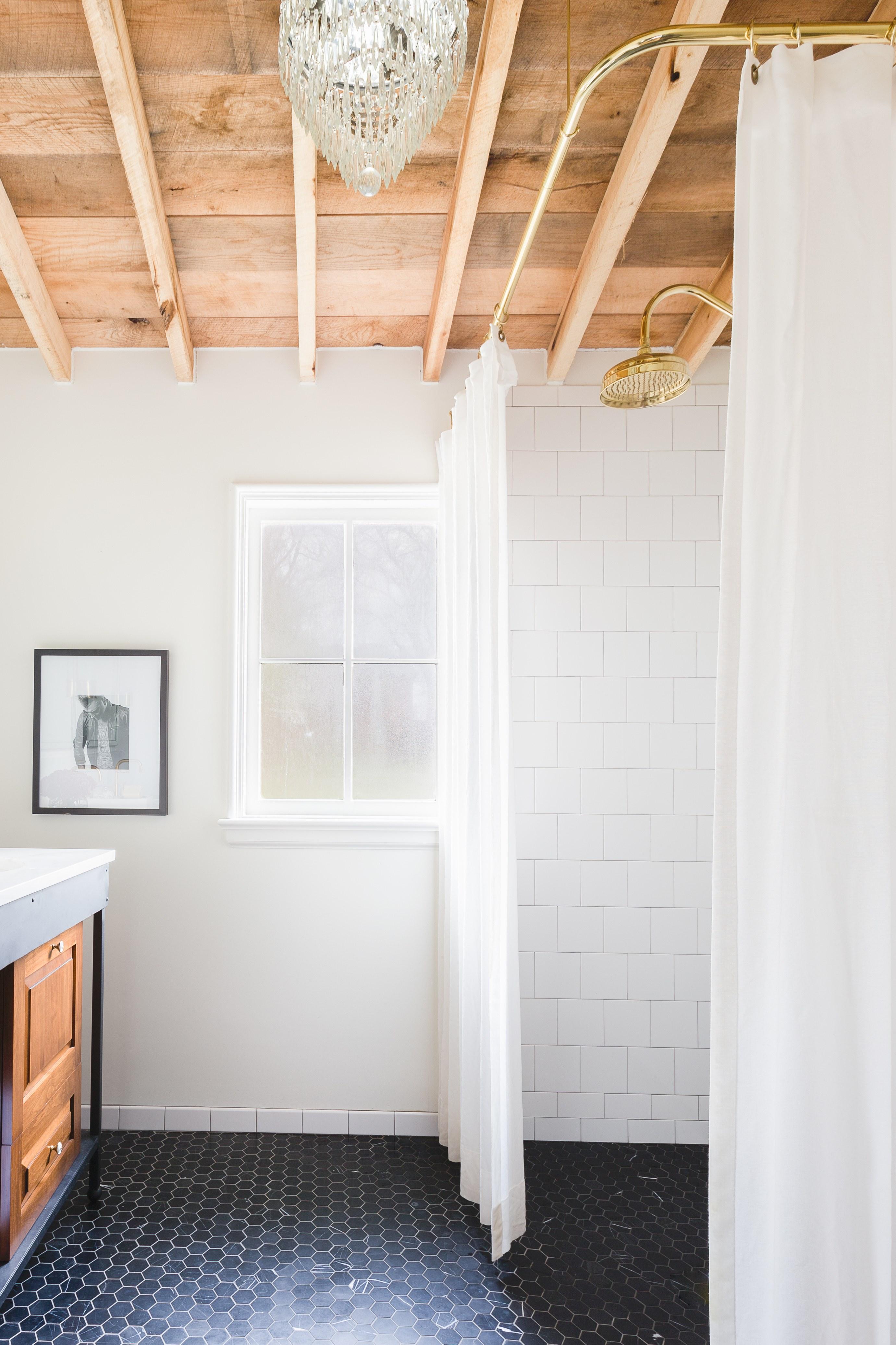 banheiro-de-designer-com-janela-paredes-brancas-e-ladrilhos-hexagonais