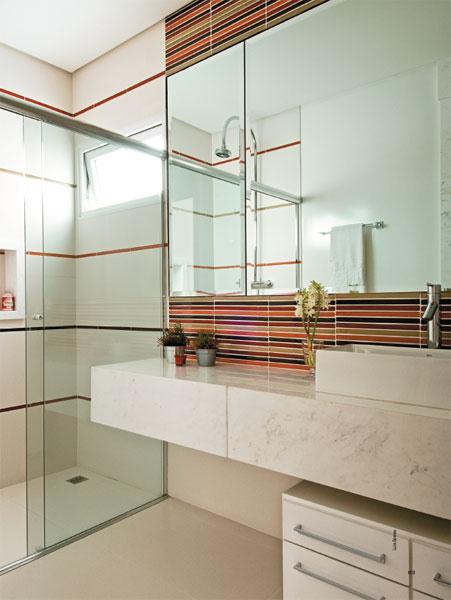 banheiro pequeno com cores claras.