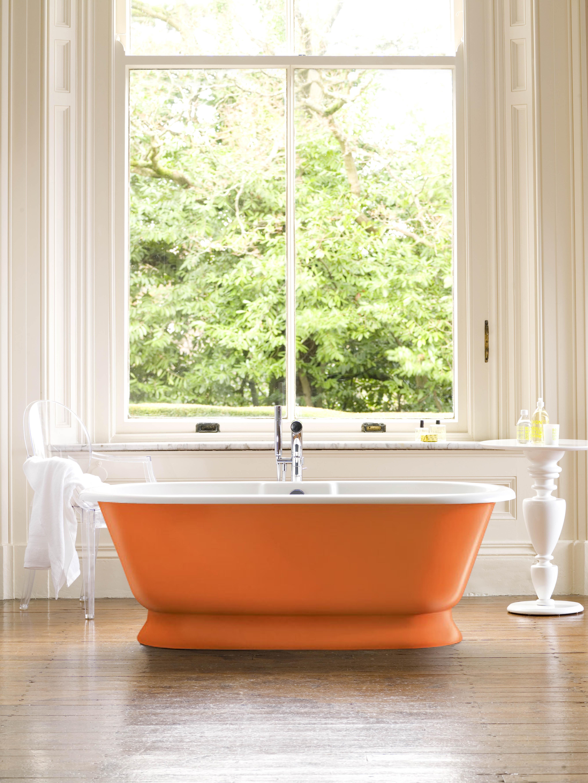 banheira-york-laranja-em-frente-a-janela