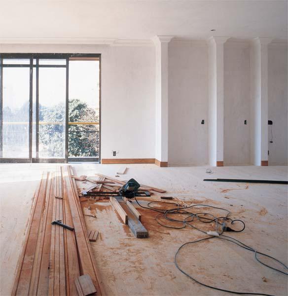 A instalação do piso de madeira é uma das etapas mais complexas de uma obr...