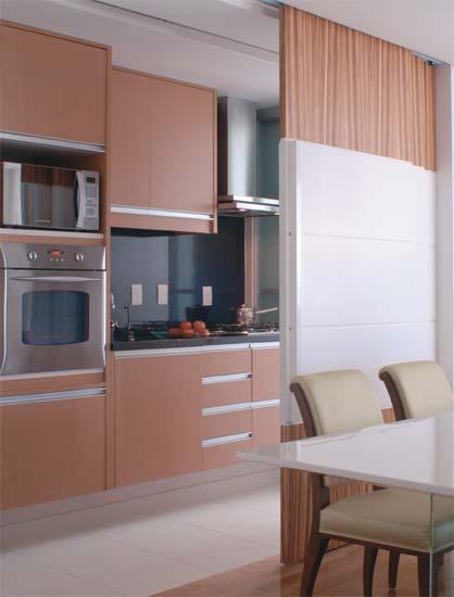 Compacta, a cozinha é aberta para a sala de jantar. Uma porta de correr pode...