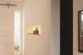 O corredor ganhou uma porta de correr, nicho, piso e pintura nas paredes.