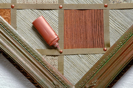 Para dar o acabamento, pinte a tachinha com tinta relevo para tecido em tom m...