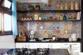 destaque-mosaico-de-adesivos-vintage-transforma-cozinha-em-curitiba