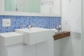 destaque-reforma-moderniza-banheiro-com-pastilhas-de-vidro