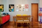 destaque-sala-de-jantar-colorida-e-com-quadros-e-ilustracoes-na-parede