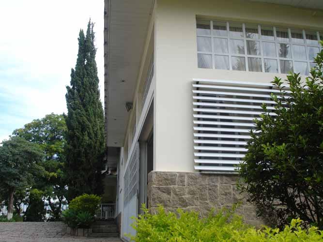 Os brises para controle da incidência solar proporcionam uma melhora no conf...