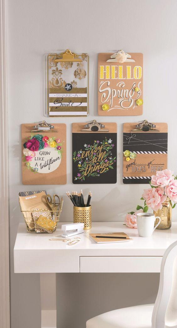 home-office-com-mural-primaveril-e-decor-rosa-e-dourado