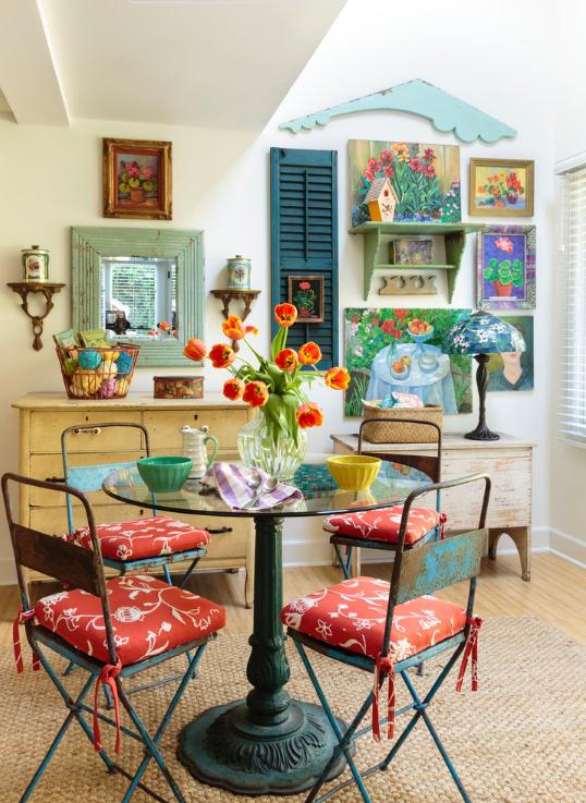canto-de-café-da-manhã-com-cadeiras-coloridas-e-bowls