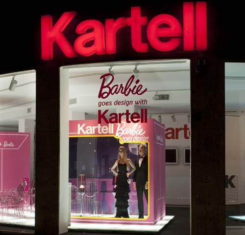 Caminada clica a divertida vitrine com Barbies e Kens em tamanho gigante.