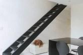 Solução simples e eficaz: a escada de acesso ao andar superior, antes curva...