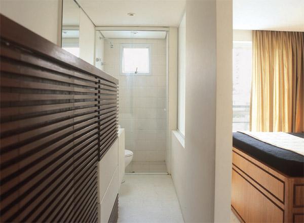Outra divisória de gesso separa o quarto do casal do banheiro. Um painel (1,...