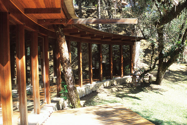 Pilares e vigas de cabreúva envernizada sustentam este chalé, en Campos do ...