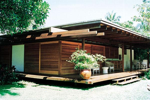Por sua durabilidade, o jatobá foi escolhido para estruturar esta casa no li...