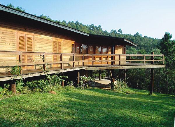 Esta casa de campo em Ibiúna, SP, mesclou espécies reflorestadas: estrutura...