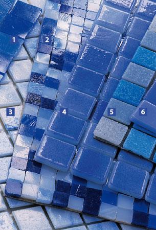 1 e 2. Mosaicos de vidro combinados ao acaso (de 1 x 1 cm e 2 x 2 cm) marcam ...