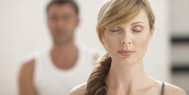 mulher-e-homem-meditando-bj-131-7528