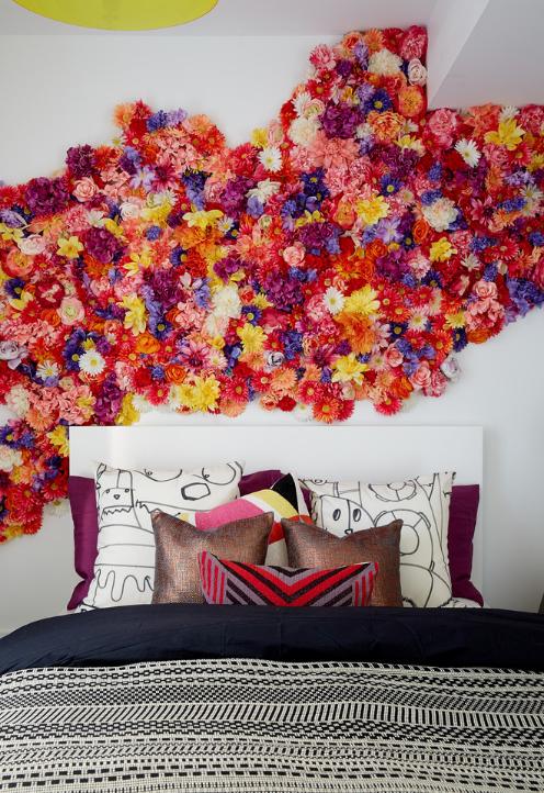 quarto-roxo-com-cabeceira-de-flores