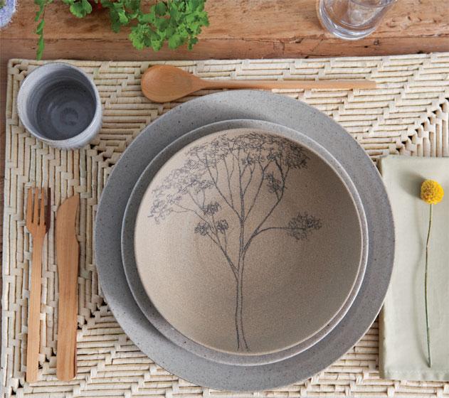 Copo, sousplat e prato de cerâmica lisa de alta temperatura do Atelier Paula...