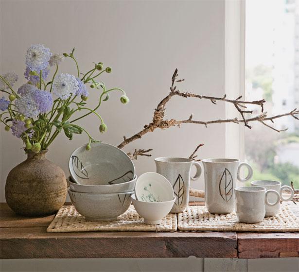 Bowls e canecas com folhas do Atelier Paula Almeida e bowls pequenos de paper...
