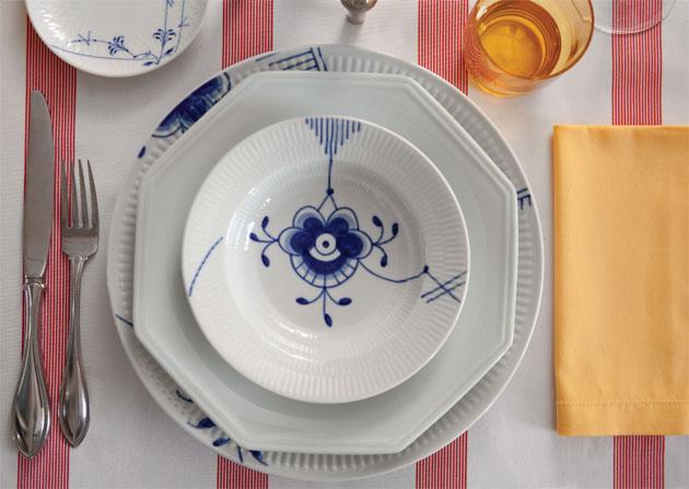 Toalha listrada da Again, pratos de porcelana Mega Royal Copenhagen pintados ...