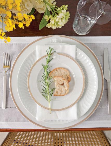 Pratos de porcelana da Versace com frisos dourados (Grifes & Design), prato d...