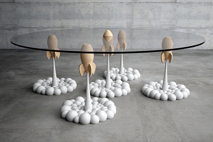 mesa-tem-pés-que-parecem-foguetes