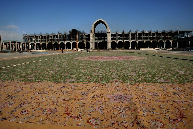 Tapete da Mesquita de Abu Dhabi antes da sua instalação na sala de orações