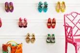 Molduras coladas na parede para pendurar sapatos