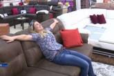 Mulher é contratada para testar sofás