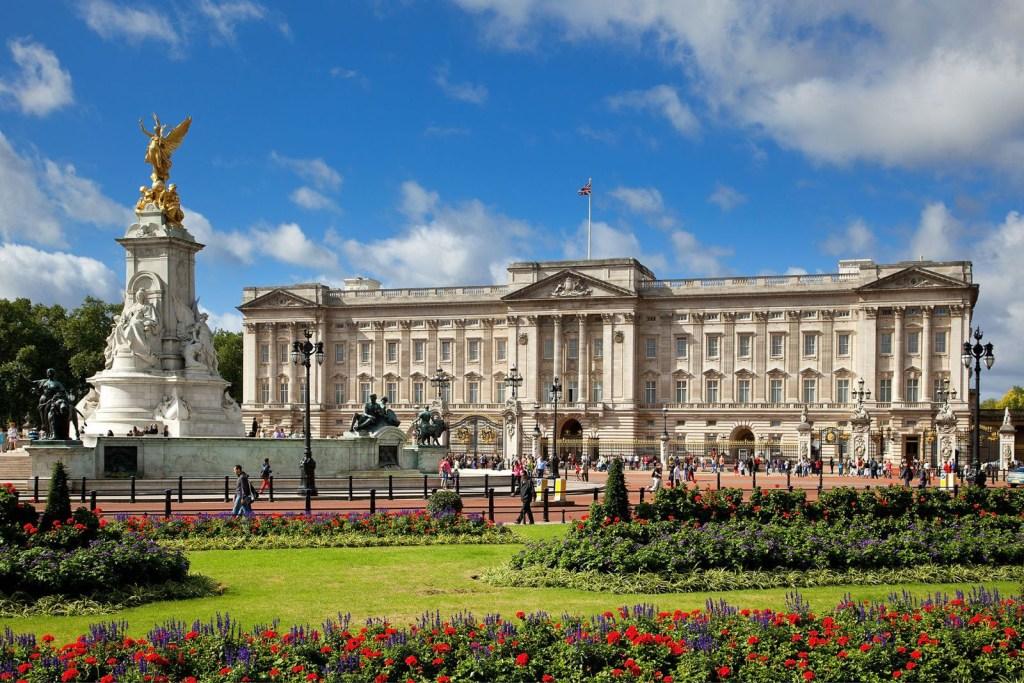 Rainha procura novo designer para seus palácios