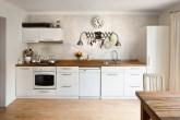cozinha com décor neutro e piso de madeira