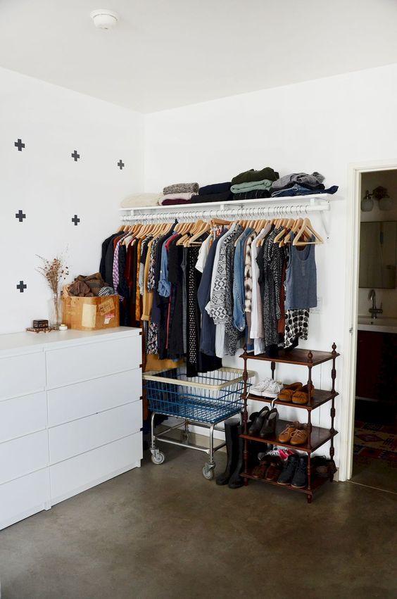 Nestes ambientes, prateleiras, ganhos e até canos deixam as roupas e sapatos em ordem