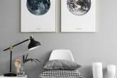 ambiente em tom de cinza com uma cadeira e quadros da Lua