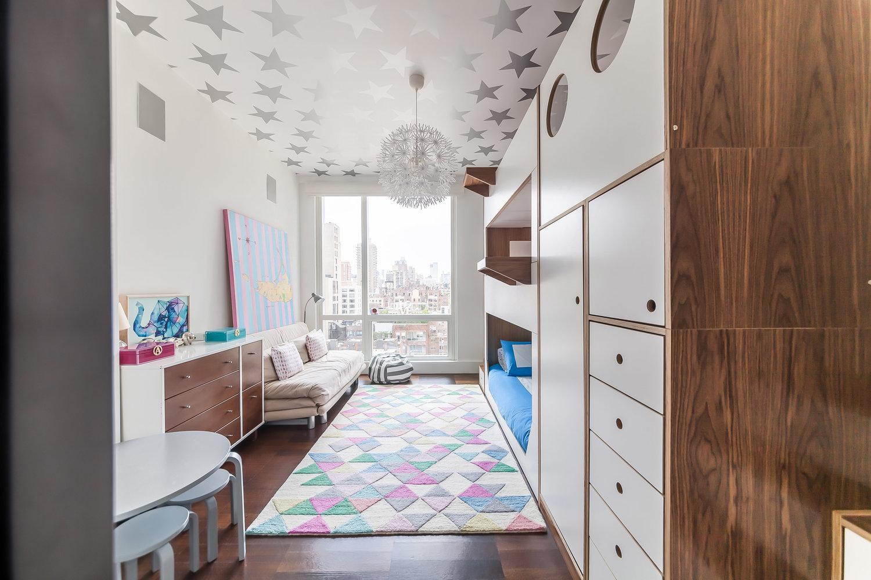 quarto com treliche, tapete colorido e estrelas no teto