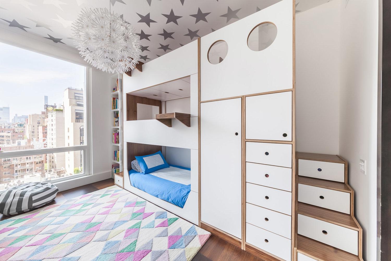 quarto com treliche com escadas, tapete colorido e estrelas no teto